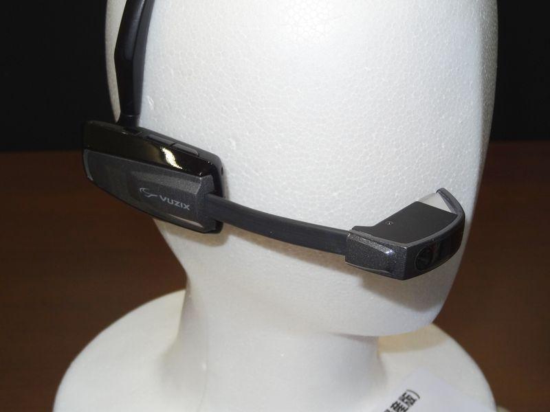 液晶部の正面にはカメラを内蔵。液晶部とメイン部のアームは伸縮可能