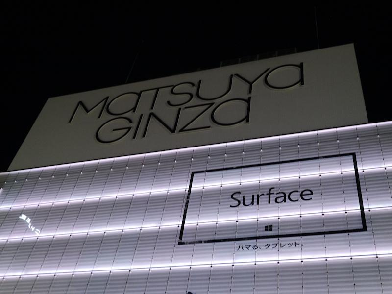 東京・銀座の松屋銀座の壁面に掲示されたSurfaceのテイザー広告。深夜0時の段階で、ロゴとキャッチフレーズが描かれた