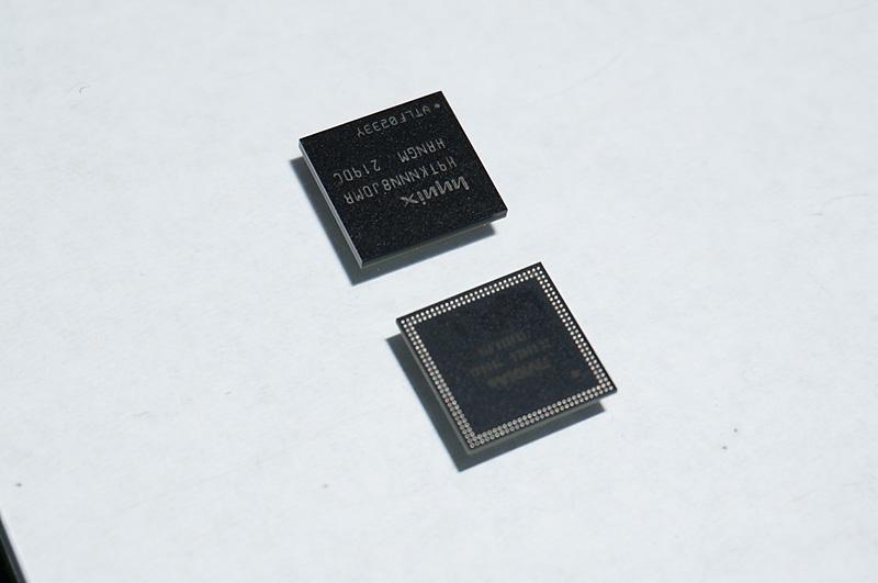 Tegra 4iのパッケージ。上はメモリがPoP(Package On Package)で搭載されたバージョンで、下はメモリを外したPoPのTegra 4i