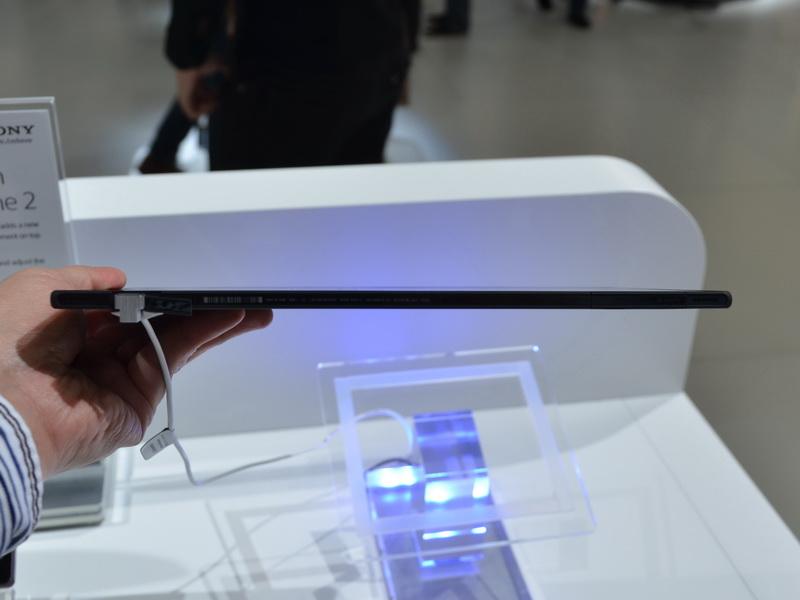 下部側面。高さは6.9~7.2mmと非常に薄く、10.1型液晶搭載タブレットとして世界最薄となる