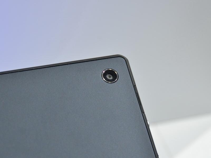 裏面には810万画素外側カメラ、液晶面には220万画素の内側カメラを搭載。双方ともExmor R for mobileを採用している