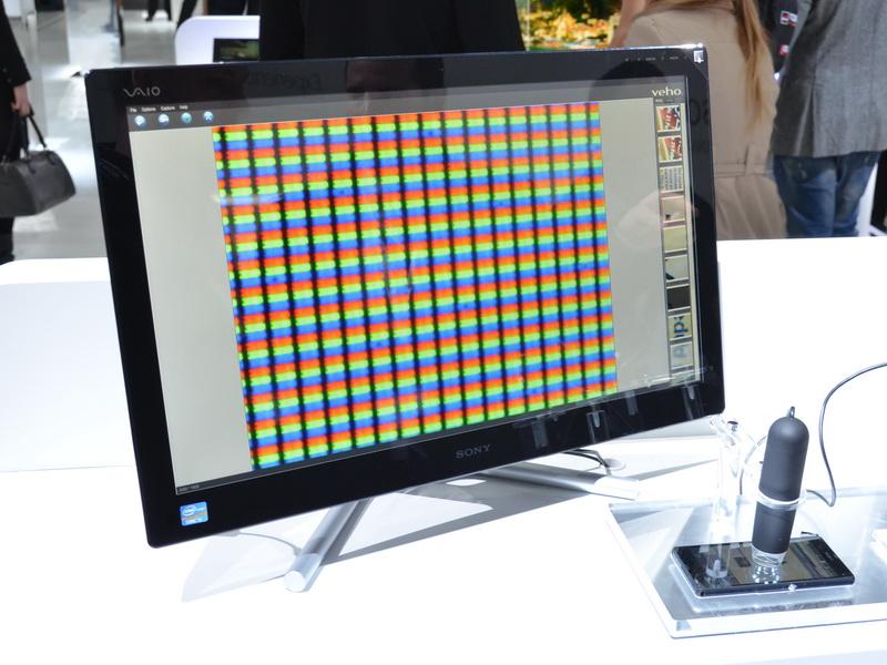 Xperia Zの液晶を拡大し、画素の細かさと発色の美しさをアピール