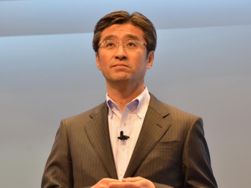 ソニーモバイルコミュニケーションズ社長の鈴木国正氏が登壇し、発表会が開催