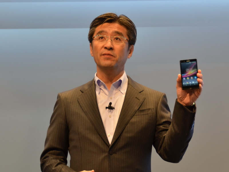 鈴木氏は、スマートフォン最新モデルXperia Zが全世界で好調なセールスを記録していることを説明