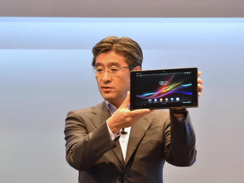 鈴木氏によって披露された、Xperia Tablet Zのグローバルモデル