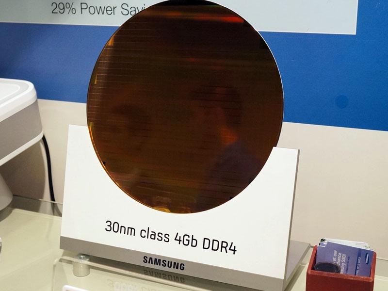 30nm技術でDDR4タイプの4Gbit DRAMシリコンダイを作りこんだ300mmウェハ。2012年9月に開催されたIDF 2012のSamsung Electronicsブースで撮影