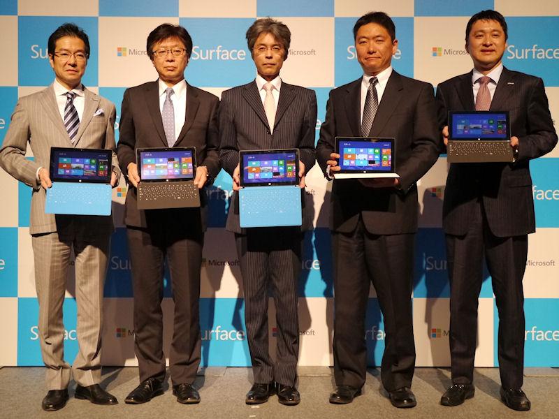 Surface RTは、量販店3社に限定して販売。(左から)日本マイクロソフトの樋口泰行社長、ビックカメラの宮嶋宏幸社長、ヤマダ電機の佐俣信一取締役兼執行役員常務、ヨドバシカメラの藤沢和則副社長、日本マイクロソフトコンシューマー&パートナーグループリテールビジネス統括本部長の横井伸好執行役