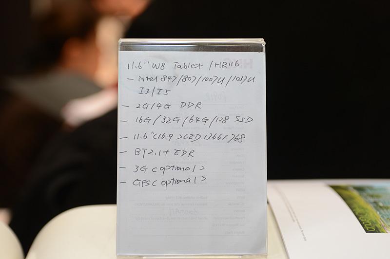 なぜか手書きのスペック表。OEM先の要求に合わせて搭載するCPUやメモリ、SSD容量は変更が可能とのこと