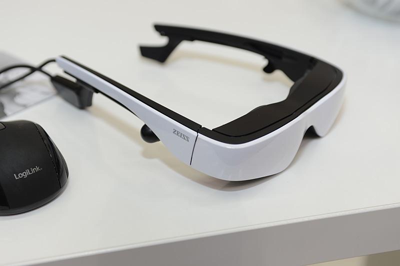 「cinemizer OLED」。両眼の部分に870×500ドットの有機ELディスプレイを搭載。左右に見えるダイヤルは視度調整用。ヘッドトラッキングのアタッチメントも取り付けられる
