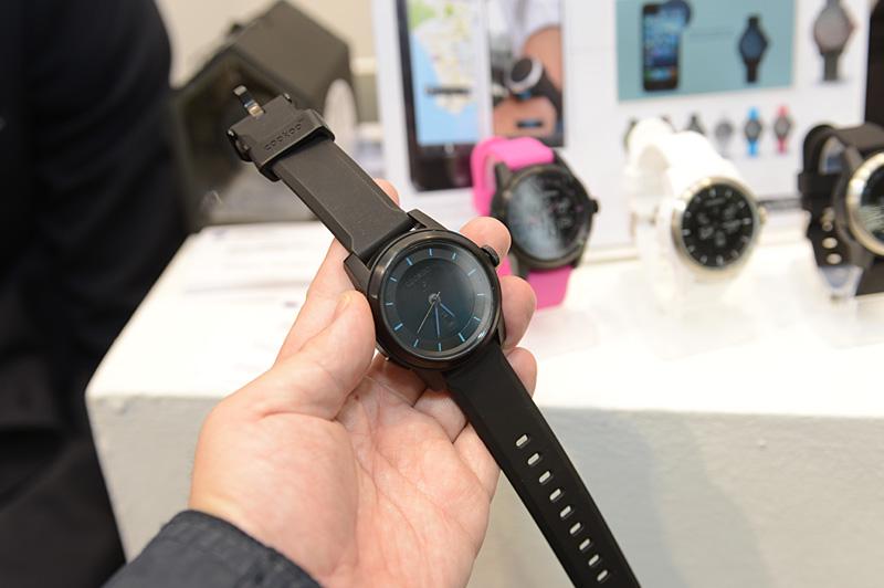 やや大ぶりだが、一見はシンプルなアナログ腕時計。充電機能はなく、Bluetoothの駆動用にCR2032電池を利用する。電池の交換は自分で行なえる
