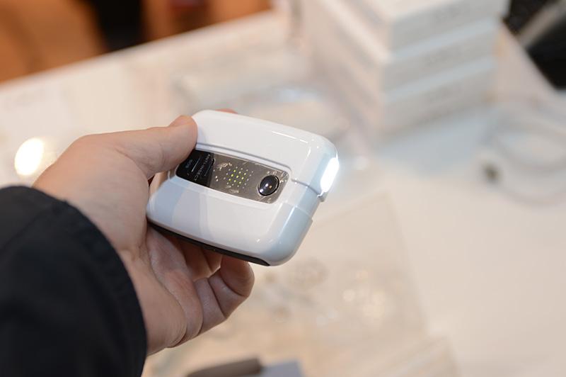 こちらも韓国メーカーによる「Lightors」。2,400mAhのポータブルバッテリに、グリップエクササイズ機能を搭載。握る動作の繰り返しで発電が行なえる。本体にはLEDライトやSOSアラーム、あるいは音波による虫除け機能などもあり、サバイバルキットに近い。実際に発電をしてみたが、スマートフォンでは発電量より消費量の方が多いため発電しながら使い続けるのは無理がある。単純に非常用の発電なら、手回しのハンドルタイプの方が効率がいい。あくまでエクササイズのついでに充電もされると考える方がよさそうだ