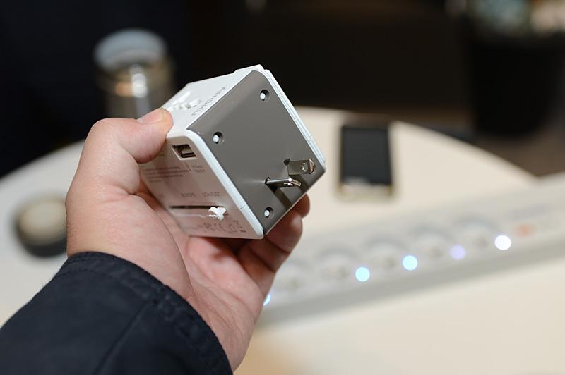 AHOKUのトラベルアダプタ。世界対応のコンセント形状変換のほか、有線LANを無線LANにするルーター機能を備える。側面にあるUSBポートは2.1A出力に対応しており、iPadなどの充電も可能。日本/米国向けの2本タイプが、オーストラリアなどで利用されているハの字型の2本タイプにもスライドするのは面白い機能