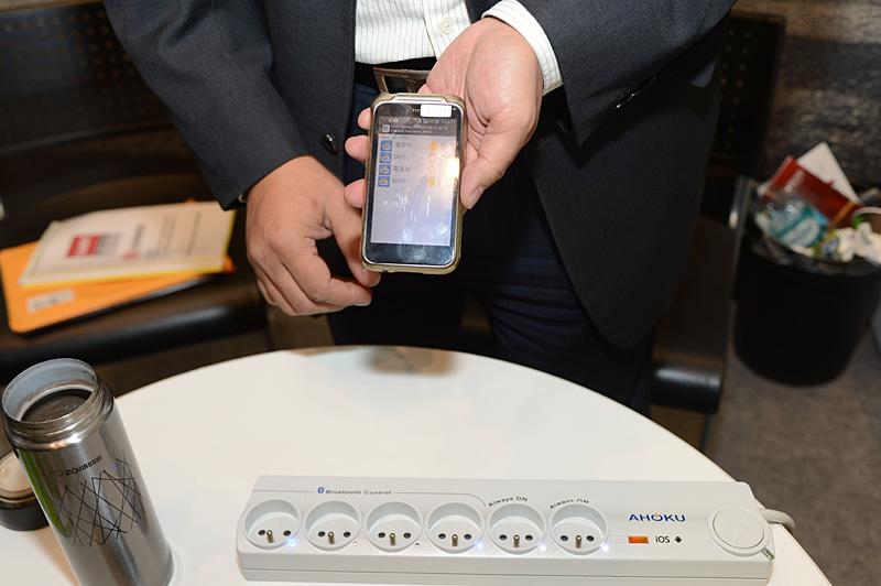 台湾AHOKUのBluetoothに対応したテーブルタップ。Android端末とBluetoothで接続して、コンセントの口単位で接続機器の電源オン/オフができる。デモ製品は常時オンが2口で変更可能なものが4口。コンセントの口数は注文に応じて変更が可能とのこと。専用アプリケーションはGoogle Playで提供される。後日、iOSデバイス向けのアプリケーションもApp Storeから提供予定