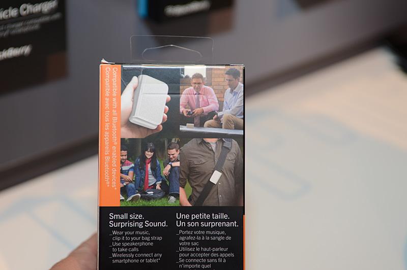 Vodafoneのブースに展示されていた「BlackBerry Z10」。純正アクセサリのBluetooth対応スピーカーは、カバンのベルトに挟んで使えるユニークなデザイン