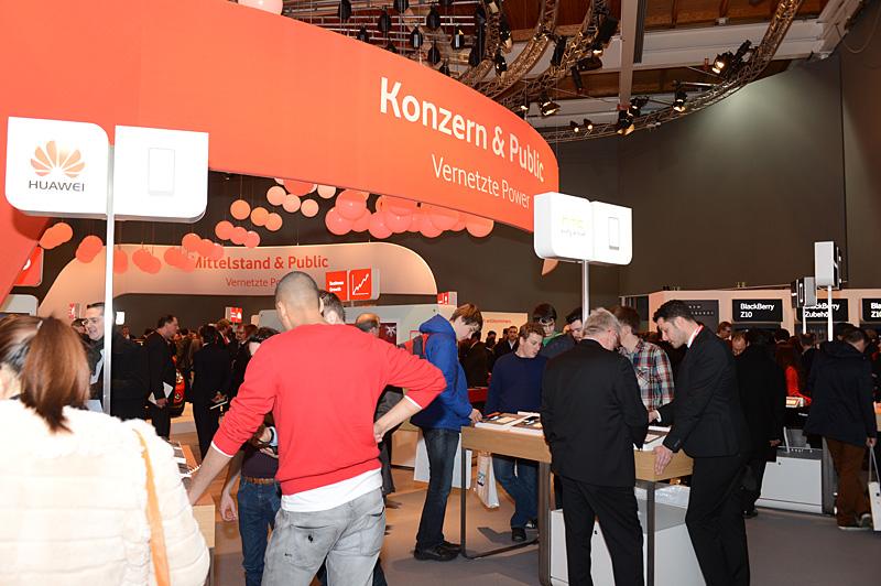 Vodafoneブースの端末展示テーブルの様子。大手メーカーの中ではSamsungとBlackBerryが2テーブルで、ほかは1テーブルずつという配分