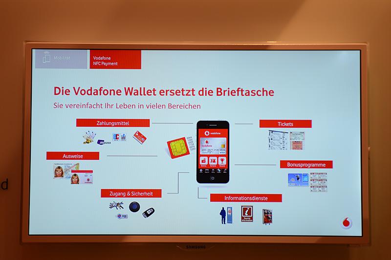 """VodafoneブースでのNFCサービスの紹介。スライドによる紹介が中心決済の仕組みは<a class="""""""" href=""""http://pc.watch.impress.co.jp/docs/news/event/20130306_590556.html"""">MWCのレポート</a>とほぼ同じで、セキュアエレメントを搭載するSIMを利用する。パートナーはVISA。ほかにクーポンサービスなどが準備されている点も、MWCにおけるNFC Experienceとよく似ている"""