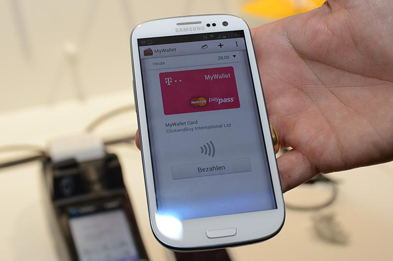 ドイツテレコムブースのNFCコーナー。スライドによると決済を含んだNFCサービスの開始時期は2013年。ドイツテレコムのパートナーはMasterCardで、PayPassを利用する。ブースには実際に利用できる自販機も展示された