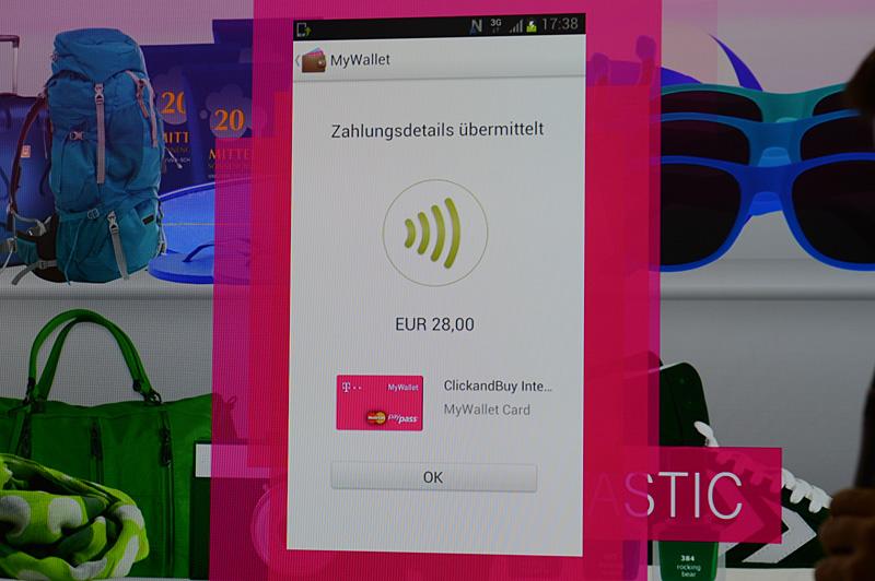 """決済デモンストレーションの様子。手順等はやはり<a class="""""""" href=""""http://pc.watch.impress.co.jp/docs/news/event/20130306_590556.html"""">MWCのレポート</a>で紹介した内容とほとんど変わらない。ポーランドにおけるドイツテレコム系の通信キャリアではすでに導入済みとのこと。やはりセキュアエレメントを搭載するSIMを利用する"""