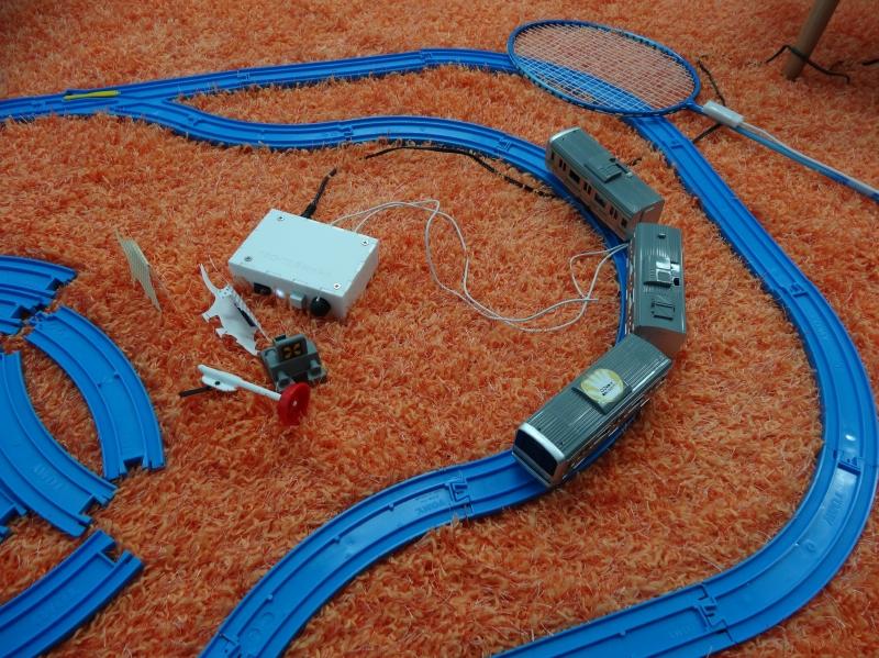 別の作例「Haptic toy」。オモチャの電車を手で動かすとガタンゴトンという感覚が伝わってくる