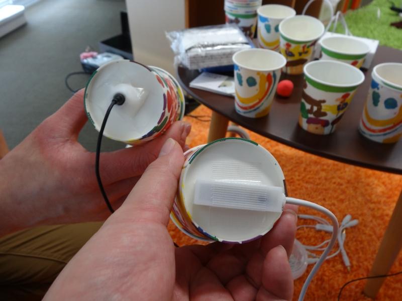 テクタイル・ツールキットを使った例。空のコップの中でビー玉が回ってるような感覚を伝えることができる。慶應義塾大学KMDショウでの展示から
