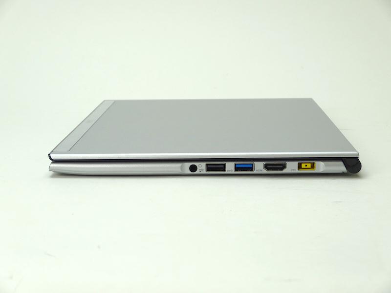 閉じたところ。厚さは14.9mm。インターフェイスは左から、ヘッドフォン、USB 2.0、USB 3.0、HDMI、電源