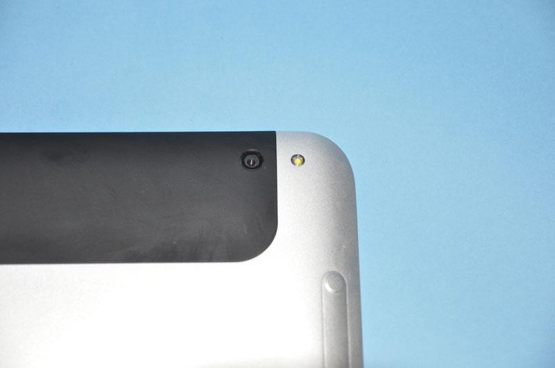 背面カメラのアップ。背面カメラの画素数は800万画素で、LEDフラッシュライトも装備している