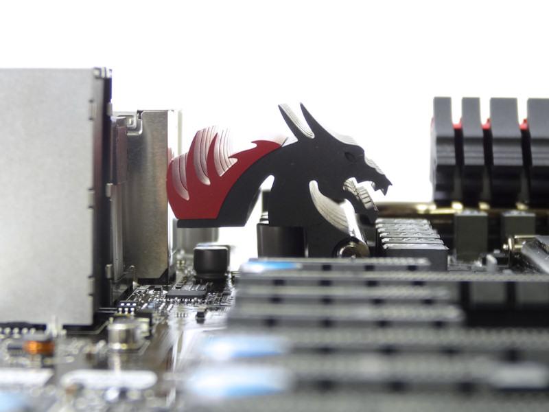 VRM部のヒートシンクは横から見るとドラゴンの顔をデザインしたものであることが分かる