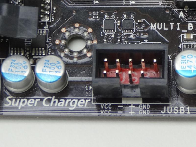 フロント用USBヘッダピンのうち1つは5V/1.5A給電に対応するSuper Charger用となっている