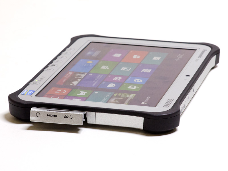 右側面。カバーの下に音声入出力、HDMI出力、USB 3.0×1