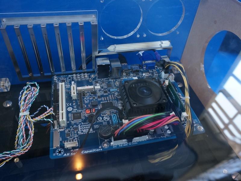 GIGA-BYTEのBay Trail-Dを搭載したマザーボード。Bay Trail-Dはネットトップ向けとされているので、TDPはタブレット用のBay Trail-Tの2W以下に比べて高めに設定されており、試作製品ではCPUクーラーにファンが搭載されていた。製品でも必要かどうかは不明