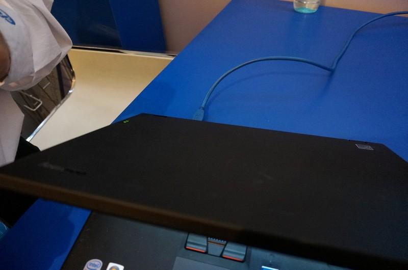USB Power Deliveryのデモ。写真で分かるように、ディスプレイはUSBケーブル1本で接続されている。つまりデータ信号も電力もPCから供給されている。数十Wは必要になる大型のディスプレイが、ケーブル1本で動いている姿は壮観だ