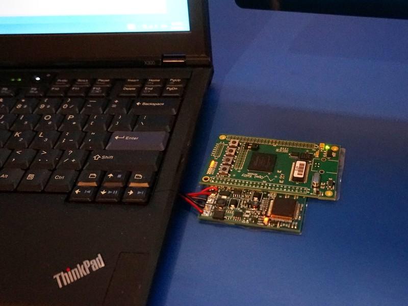 現時点では試作段階であるため、電源供給の基板は外に出ていた。今回のデモではPCからディスプレイに電力を供給していたが、逆にPCに対してUSB Power Deliveryを利用して電力を供給することもできる。近い将来には汎用のUSB Power Delivery対応USBチャージャーでPCが充電できるようになる