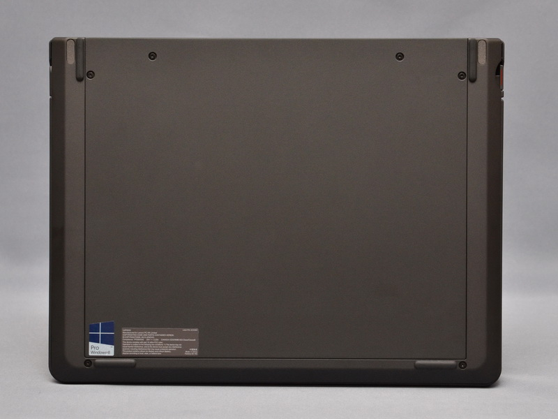 キーボードドックの底面。こちらも天板同様にマグネシウム合金と樹脂のハイブリッド構造で、他のThinkPadシリーズ同等の堅牢性を実現