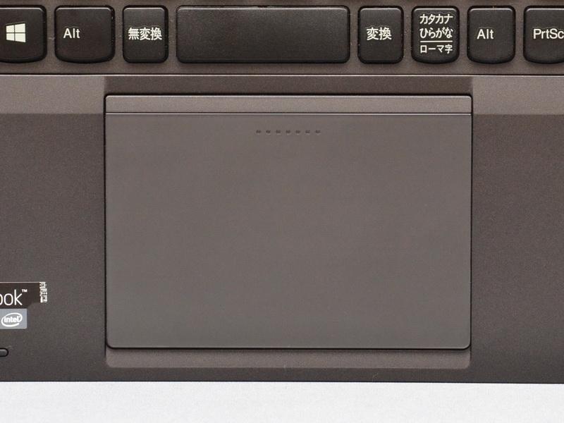 タッチパッド部は物理ボタンがなくなり、パッド面を押し込むことで上部3カ所、下部2カ所の計5カ所でクリックが行なえる、5ボタンクリックパッドを初採用。パッド面は広くなったが、物理ボタンがないためトラックポイント利用時にはやや違和感を感じる