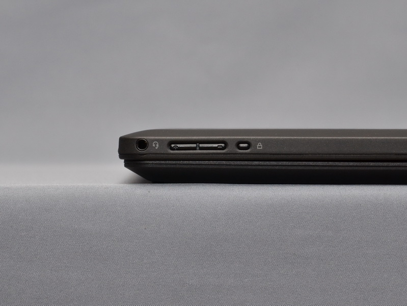 液晶部右側面には、ヘッドフォン・マイク共用ジャックとボリュームボタン。画面回転の停止ボタンがある