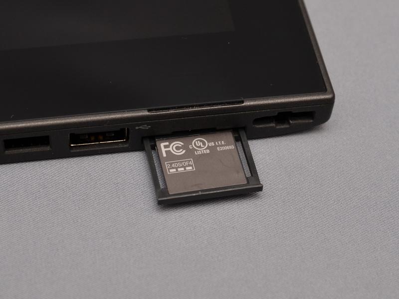 各種認証マークは、液晶底面側の引き出し式のカードに記載され、内部に収納されている