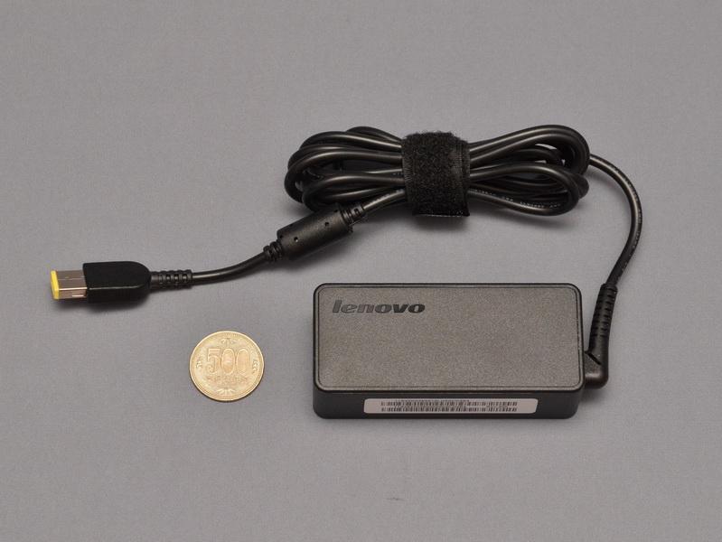 付属のACアダプタは小型のもので、本体との同時携帯でもかさばらない