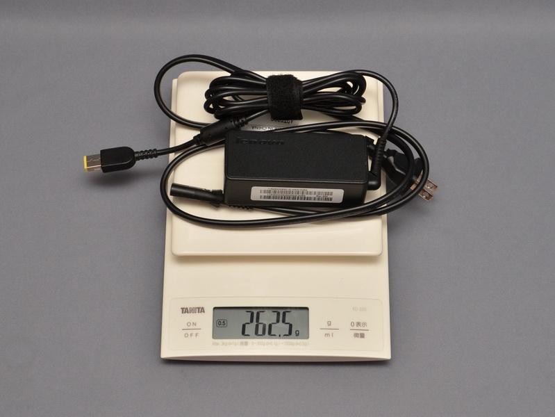 ACアダプタの重量は、電源ケーブル込みで実測262.5gだった
