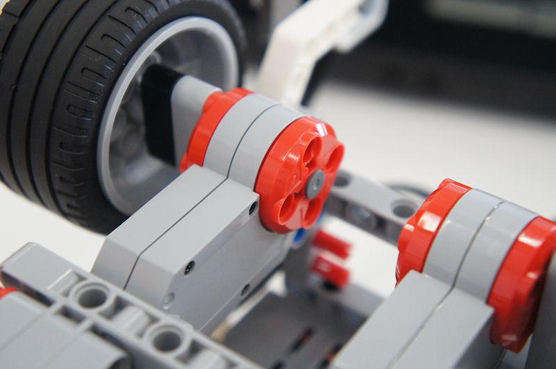 タイヤに繋がっている赤とグレーのパーツがサーボモーターL。左右で2個使われている
