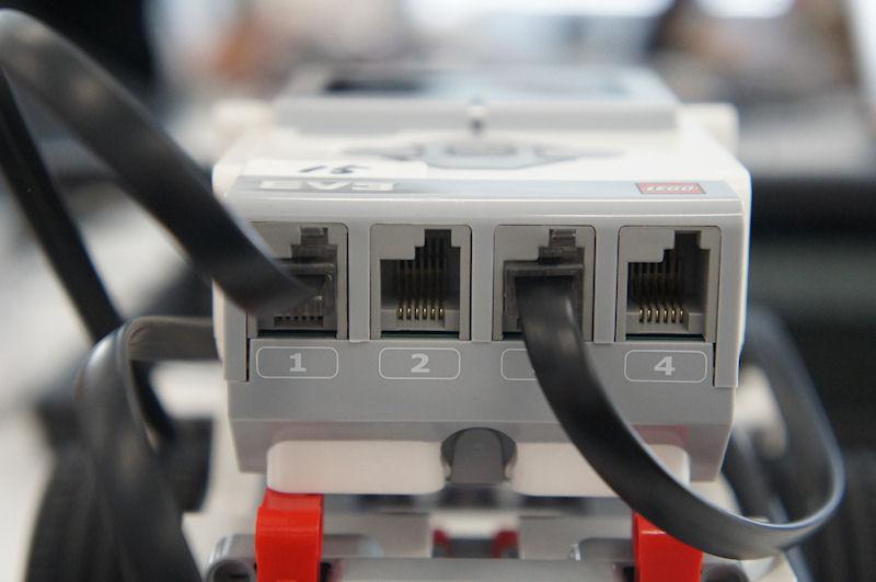 インテリジェントブロックの反対側には、入力ポートが用意されている。こちらには、センサーを接続する