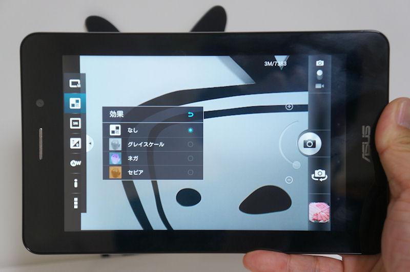 カメラアプリ。300万画素ながらオートフォーカスに対応し、パノラマやエフェクト機能なども搭載