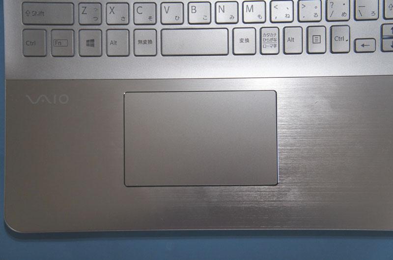 ポインティングデバイスとしてタッチパッドを搭載。タッチパッドのサイズは105×66mmで、VAIO Tシリーズ15に比べて、約20%大きくなっている。タッチパッドにはNFCデバイスが内蔵されている