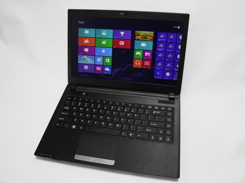 A4-5000搭載のKabini評価機。薄型の筐体にフルHD解像度の液晶ディスプレイを備える