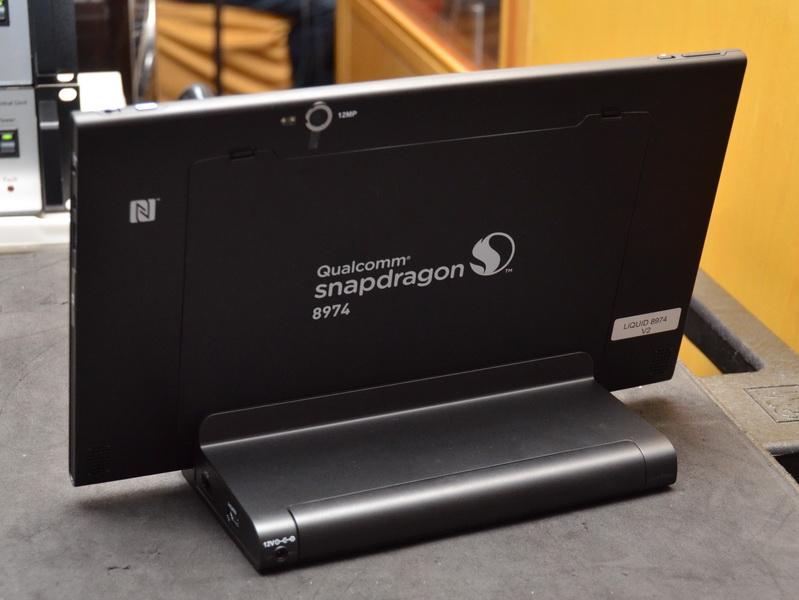 裏面には、12MピクセルのカメラやNFCロゴが見える。リファレンスモデルのため、Snapdragonロゴが印刷されていた