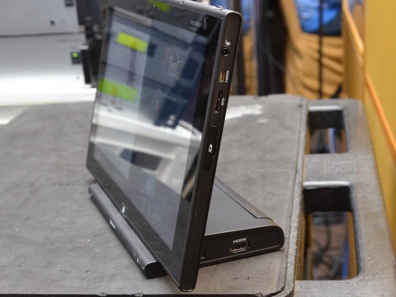 側面には、SDカードスロット、USB 3.0ポート、Micro HDMIなどが用意されている