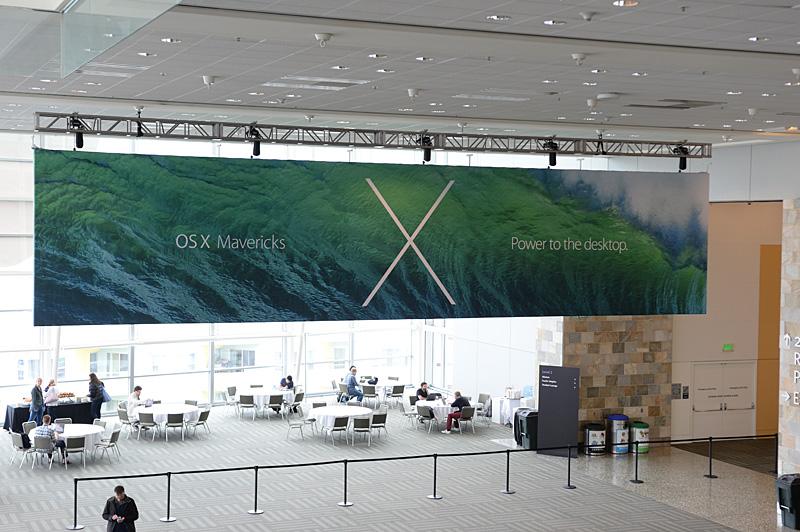 Moscone Centerの2階にはOS X Mavericksの大型バナーが登場した