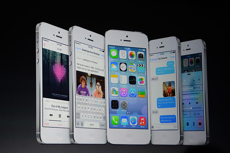 ホーム画面や代表的なアプリケーションのスクリーンイメージ。デモに使われていたり、スライドに登場するiPhoneは全てホワイトだった