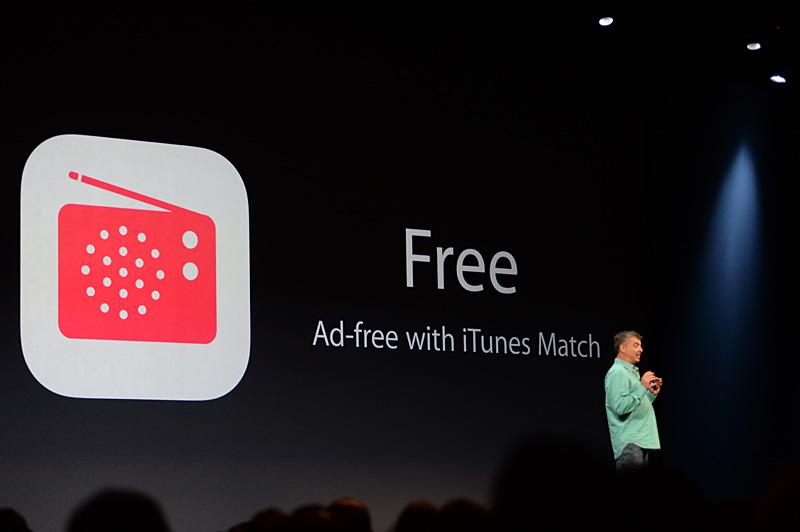 音楽機能に追加されるインターネットラジオ「iTunes Radio」。いわゆる音楽聴き放題のサービスで、広告型の収入モデルが採られる。気に入った曲はそのままiTunesでの購入が可能な導線の役割も果たす。米国ではすでに開始されている「iTunes Match」の契約者であれば広告は非表示