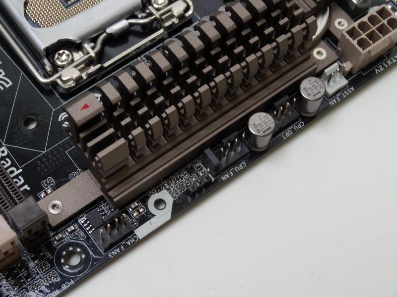 合計7個あるファンコネクタも特徴(うち1基はThermal Armorオプションのファン用)。すべてエッジに配置されており、装着しやすい