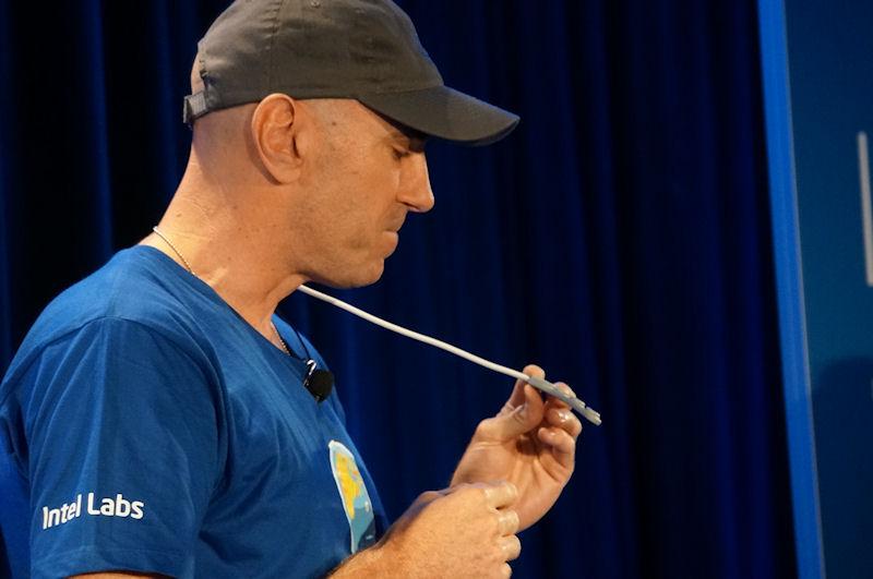 クローフォード氏が手に持っているのが脳波を測定するセンサー
